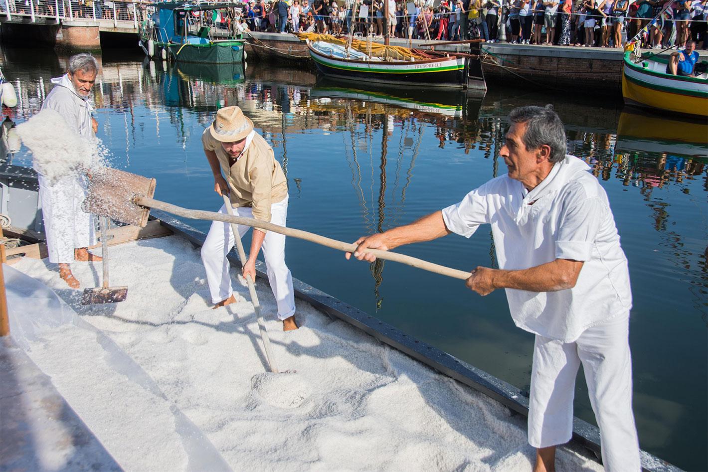 Rimessa del sale - Sapore di Sale Cervia - uomini in barca